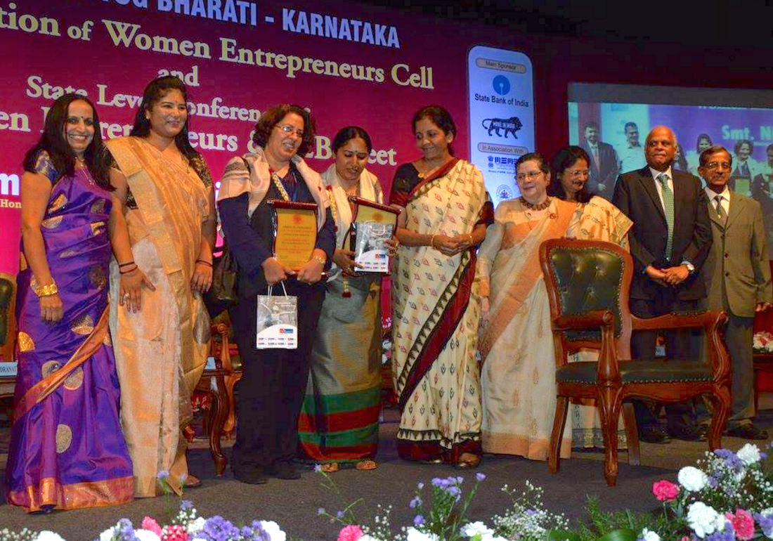 Taxshe receives an award in it's first year; Vandana Suri accepts the award